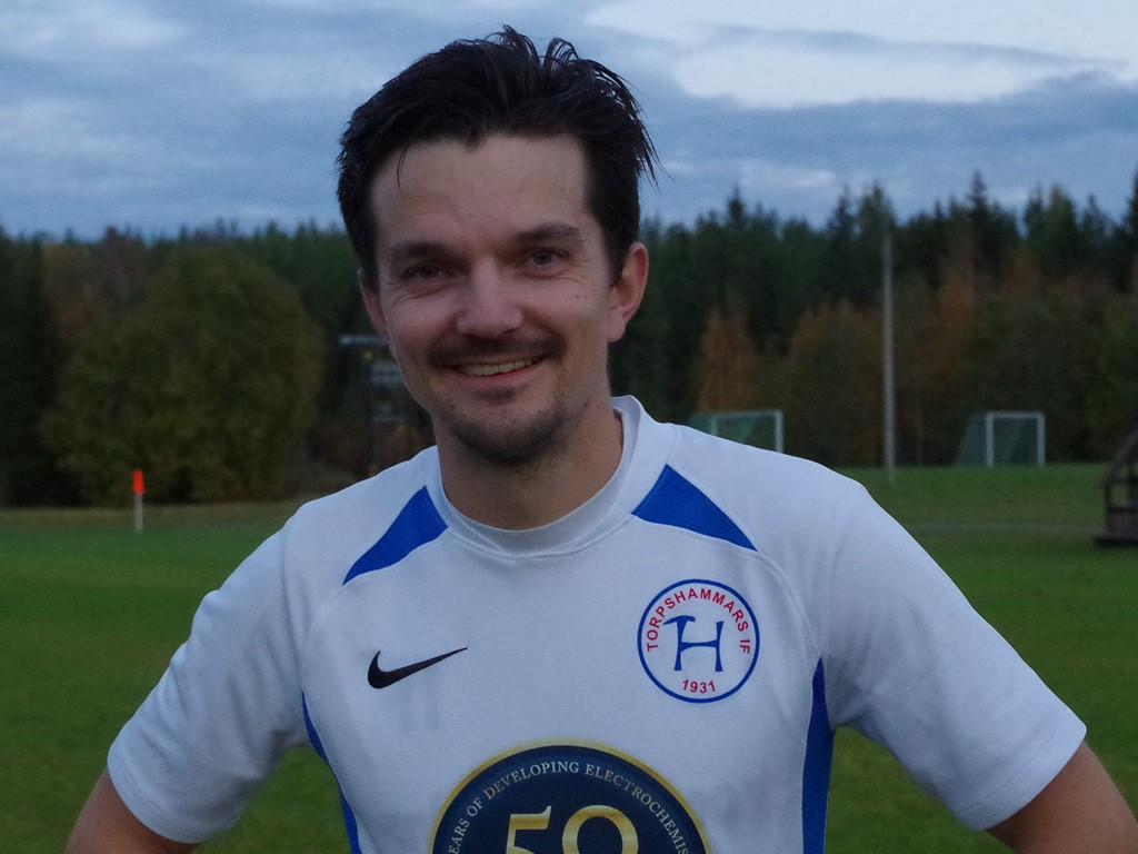 Torpshammars spelande tränare Tomas Decker intervjuas av Lokalfotbollen efter derbykrysset på Myggvallen.