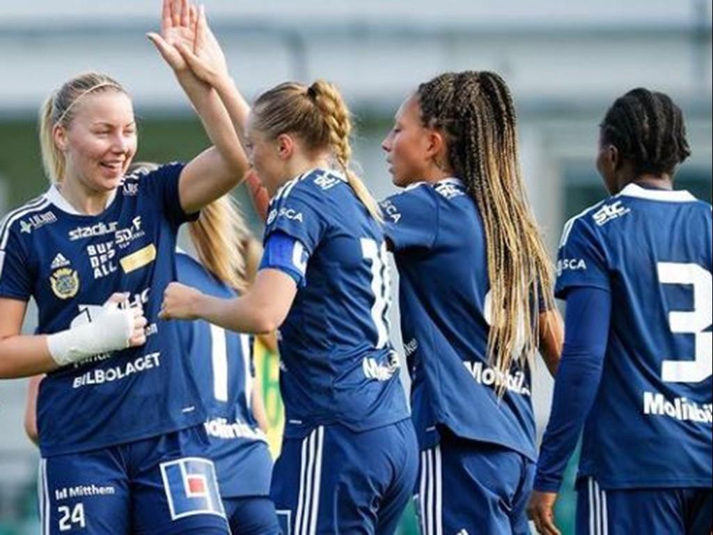 Amanda Hagelberg (längst till vänster) gör high-five med Olivia Wänglund efter 2-1-målet. Lee Winroth, till höger, och trean  Ebere Orji är med och gläds. Foto: SDFF Instagram.