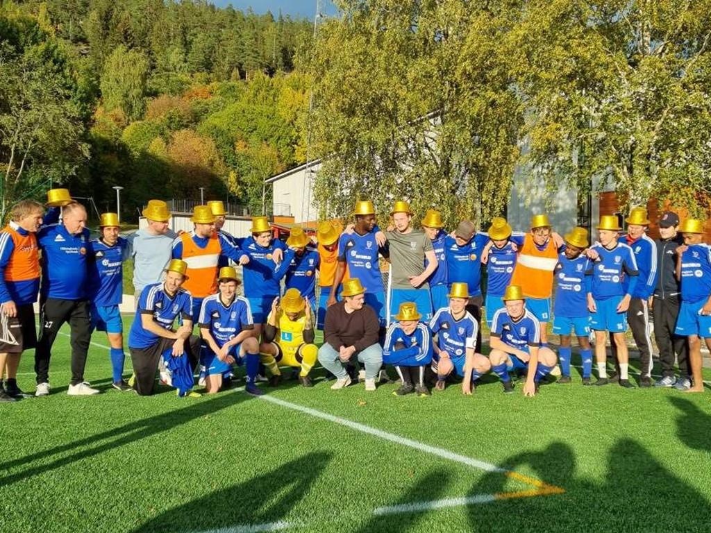 Seriesegrare Medelpadssexan 2021: Hassels IF (iklädda guldhattar inköpta från FC Kraftfull efter vinsten). Foto: Hassels IF.