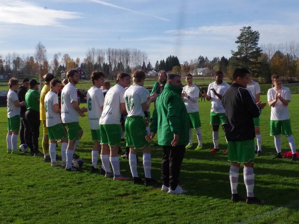 Ånges s spelare gratulerar Alnö före matchen.