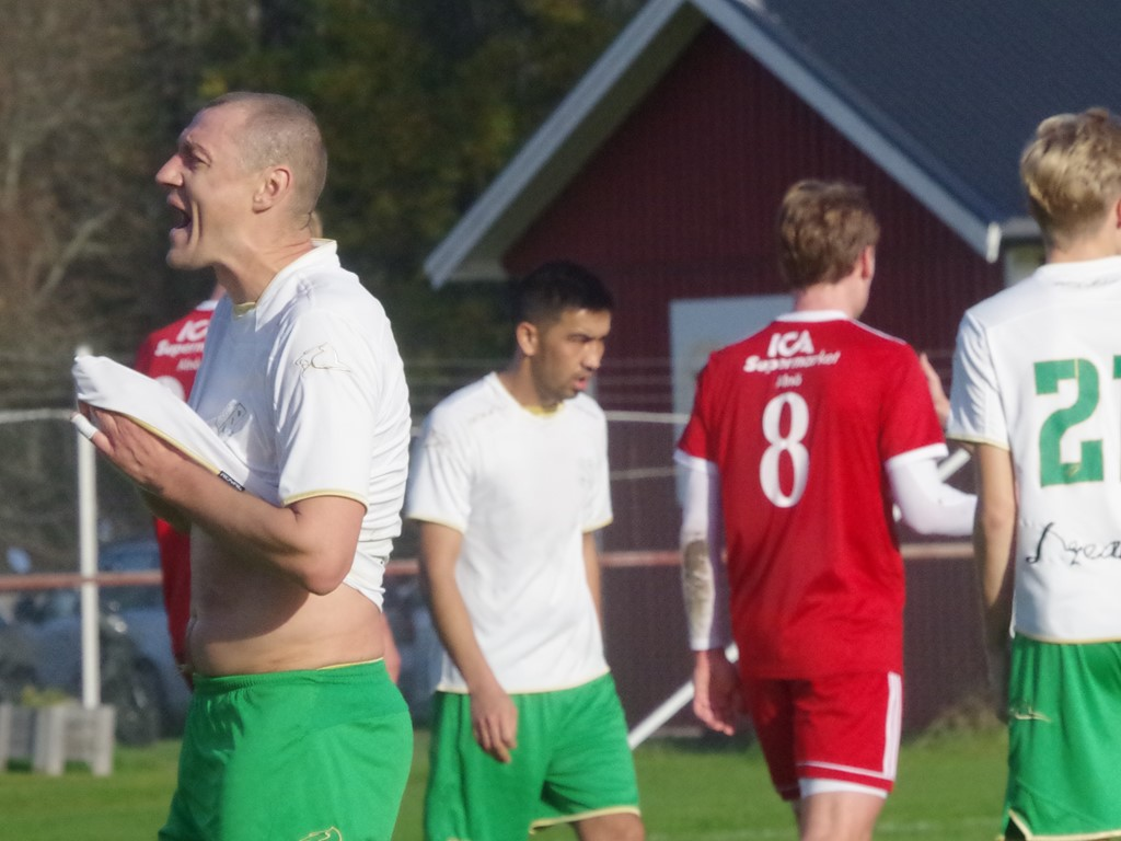 Besvikna Ångespelare efter 0-3-målet.