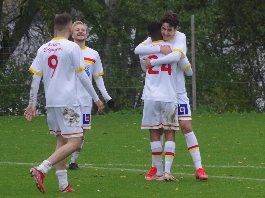 Adis Sabotic omfamnas efter sitt 4-0-mål.