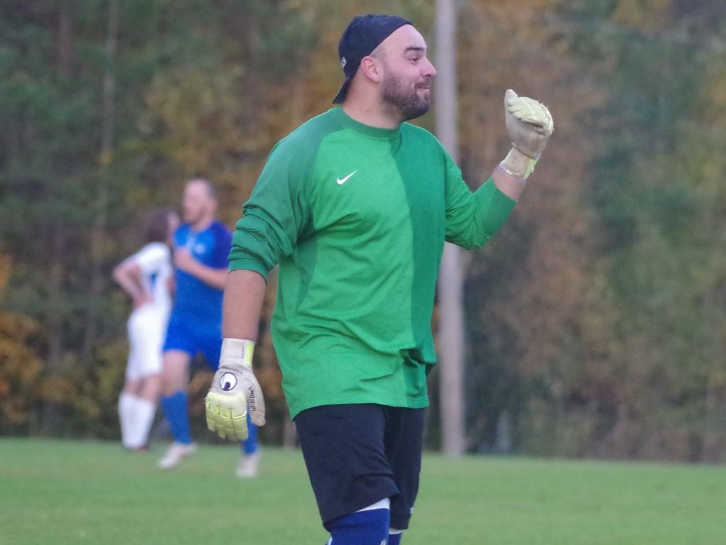 Filip Filipovic är normalt tränare , och f d mittback, i Ånge. Ikväll fick han ikläda sig målvaktsdessen i Fränsta. Här resignerar han efter Torpshammars 2-0-mål.