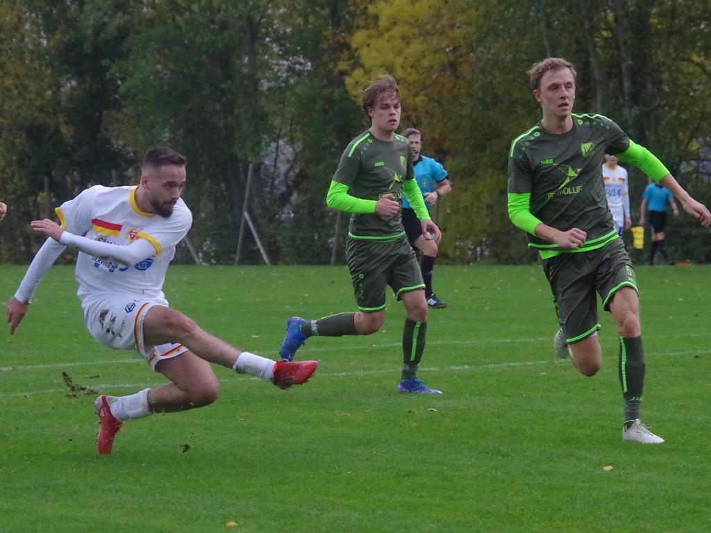 Bleart Ugzmajli bryter fram som en gammaldags centertank och krutar in Sunds 3-0-mål i seriefinalen mot Lucksta. Foto: Pia Skogman, Lokalfotbollen.nu.