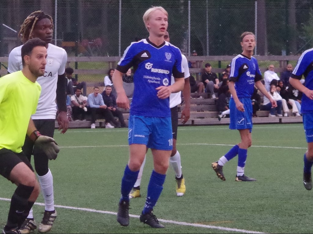 Simon Jömssons två mål gjorde Hassel i praktiken åter ett division 5-lag. Arkivfoto: Pia Skogman, Lokalfotbollen.nu.